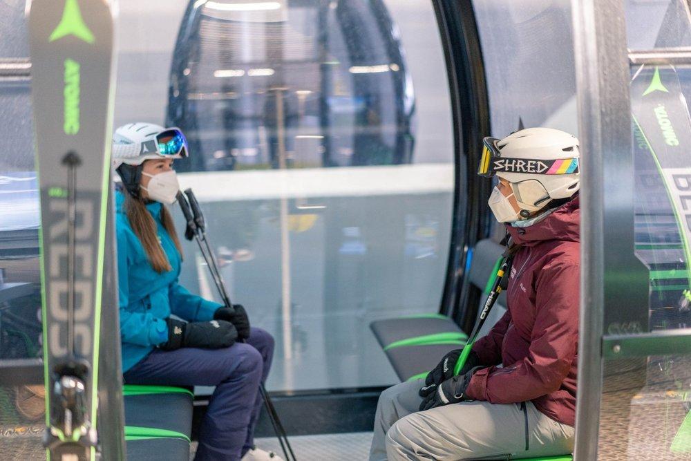 V rakúskych lyžiarskych strediskách platí povinnosť zakrytia úst a nosu respirátormi FFP 2 - © facebook | Planai - Schladming