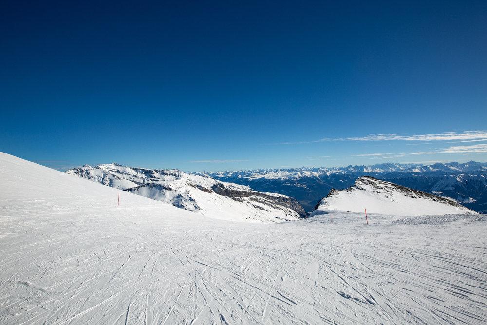 Die Piste 10 bietet eine der schönsten Aussichten im Skigebiet Flims Laax Falera - © Skiinfo | Sebastian Lindemeyer