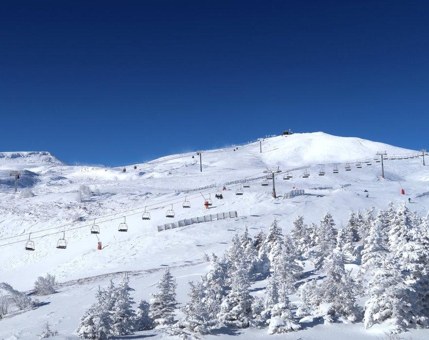Avec 3 stations de ski alpin (Chastreix-Sancy, Mont-Dore et Super-Besse) et de nombreuses pistes nordiques sur les deux versants, le Massif du Sancy a tout ce qu'il faut pour vous accueillir - © Facebook Massif du Sancy