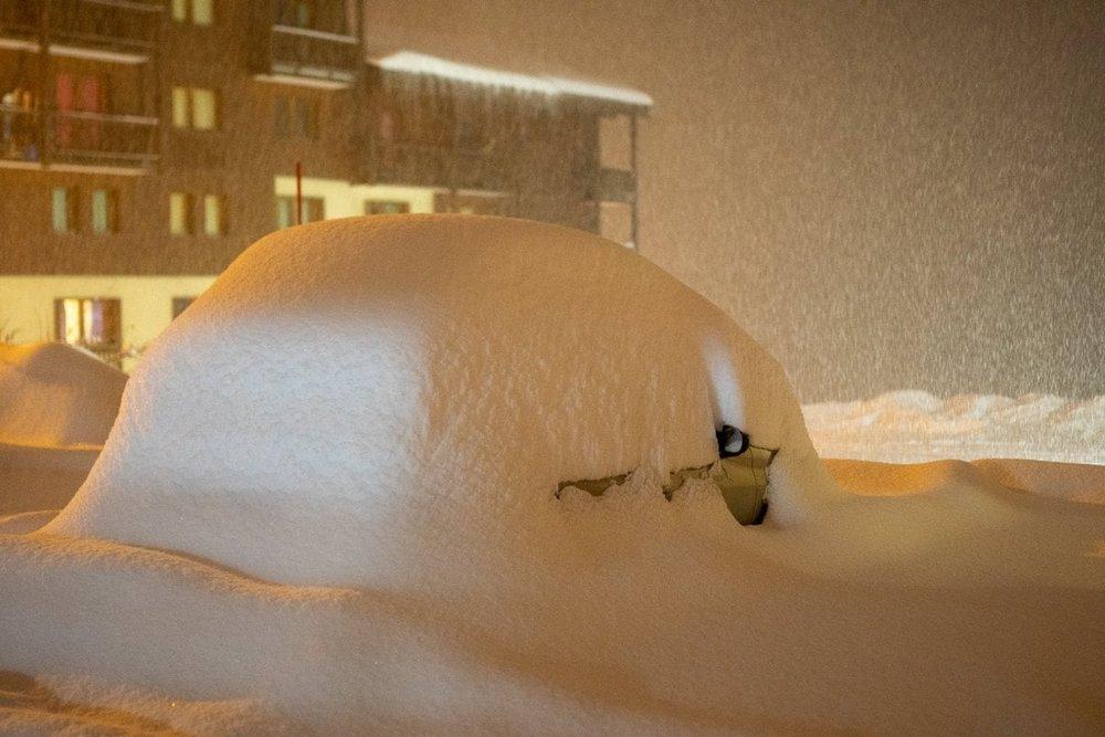 W Trzech Dolinach auta na parkingu trzeba obecnie szukać! - © Facebook Les 3 Vallées