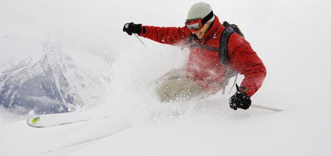 Skifahrer im Powder - © Skiinfo.de