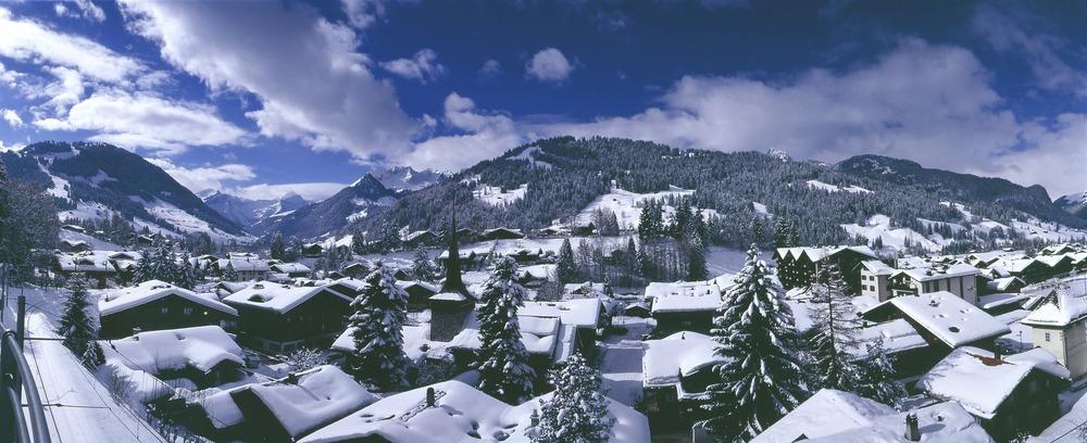 Schneebedeckte Dächer in Gstaad, Schweiz