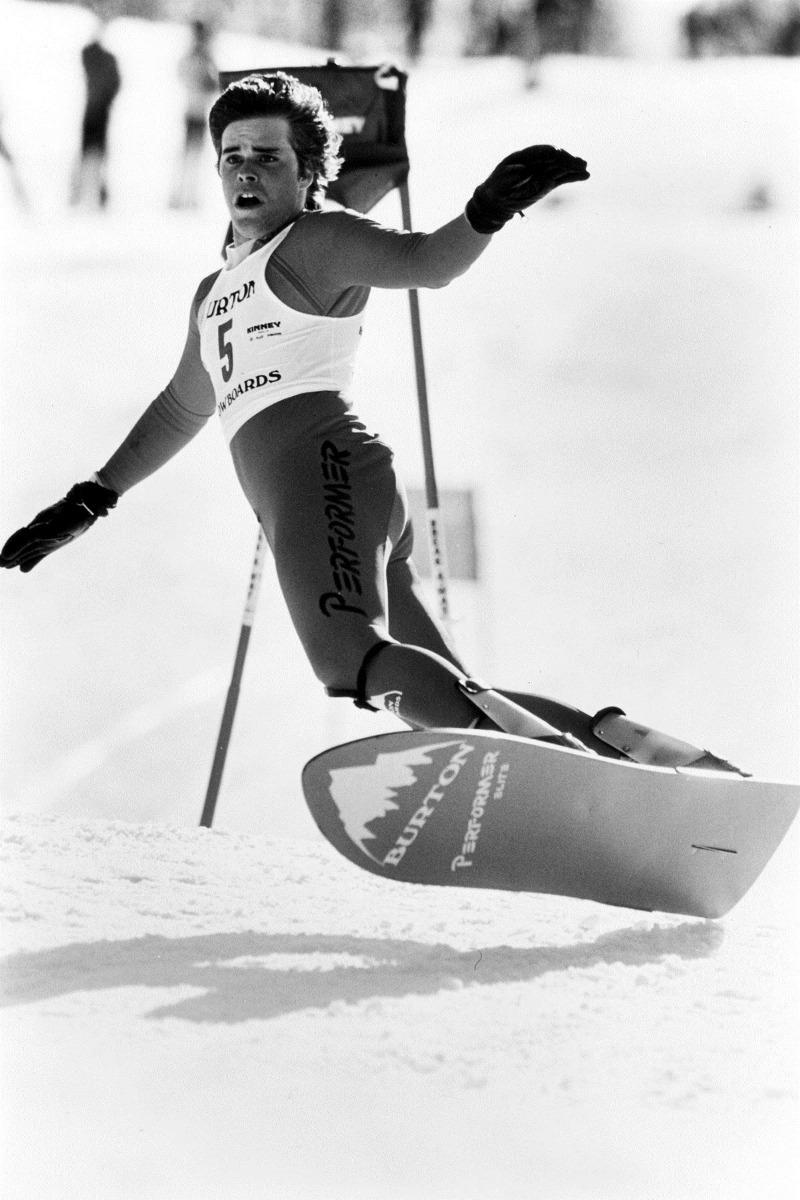 Das Performer Elite von 1985 hatte einen Schaumkern und war schon dezent tailliert mit eingearbeiteten Kanten. Snowboarding wurde wendiger und kontrollierter.  - © The Burton Corporation