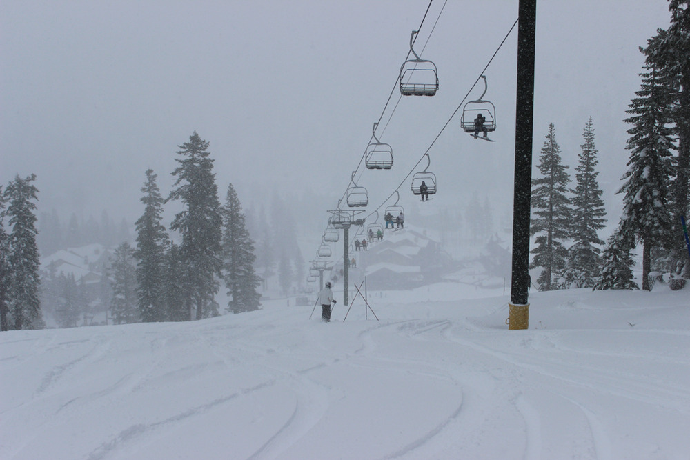 I Kirkwood, ved Tahoe i California kom det to fot snø foran åpningen 16. november. - © Kirkwood Mountain Resort