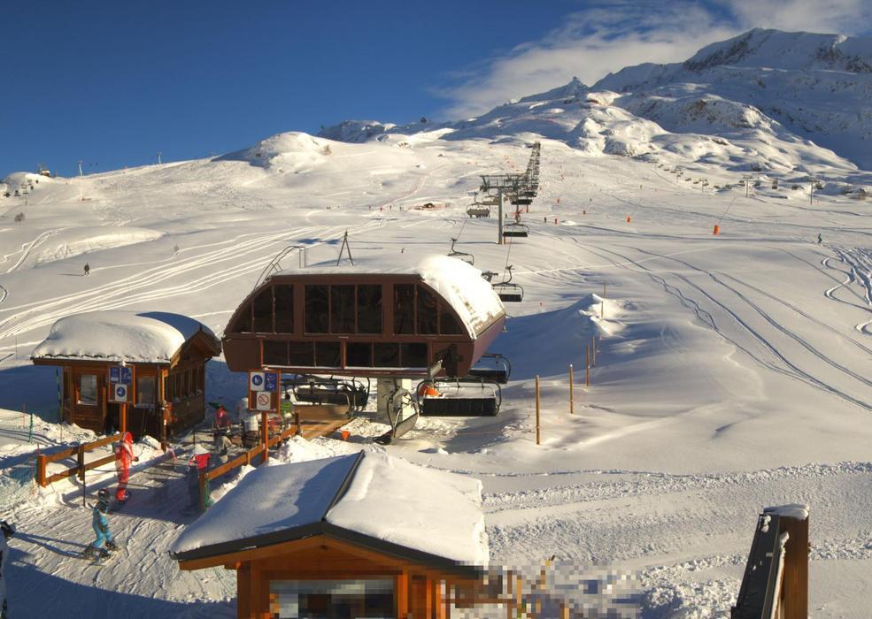 Neige et soleil sont au rendez-vous sur le domaine skiable de l'Alpe d'Huez (22 janv. 2013)