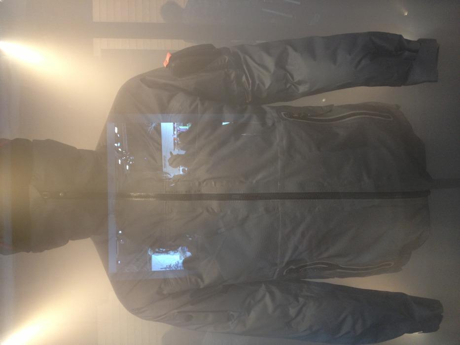 Peak top linie, så hemmelig at den stod i en bur med røg. Men den så lækker ud! Et godt bud på vinterens lækreste jakke til freerideren - © Jeppe Hansen / Skiinfo.dk
