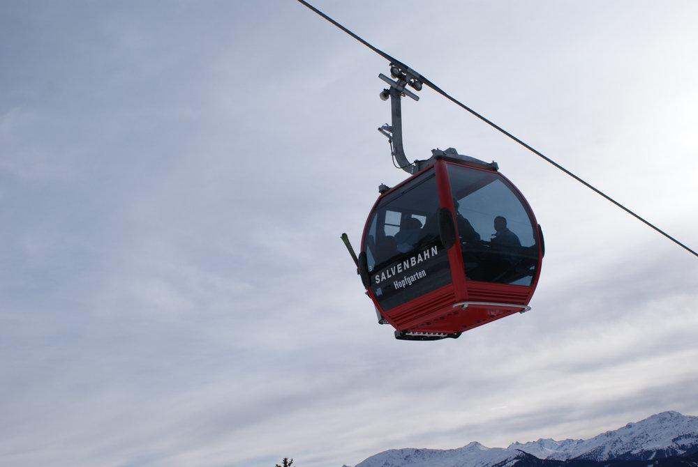 Aus den einzelnen Orten im Tal werden die Skifahrer durchwegs mit modernen und bequemen Gondelbahnen ins Skigebiet transportiert - © Gernot Schweigkofler