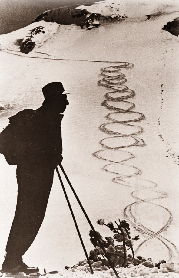 Early 20th-century ski star Hannes Schneider and his tracks in the snow. - © Museum St. Anton am Arlberg/TVB St. Anton am Arlberg