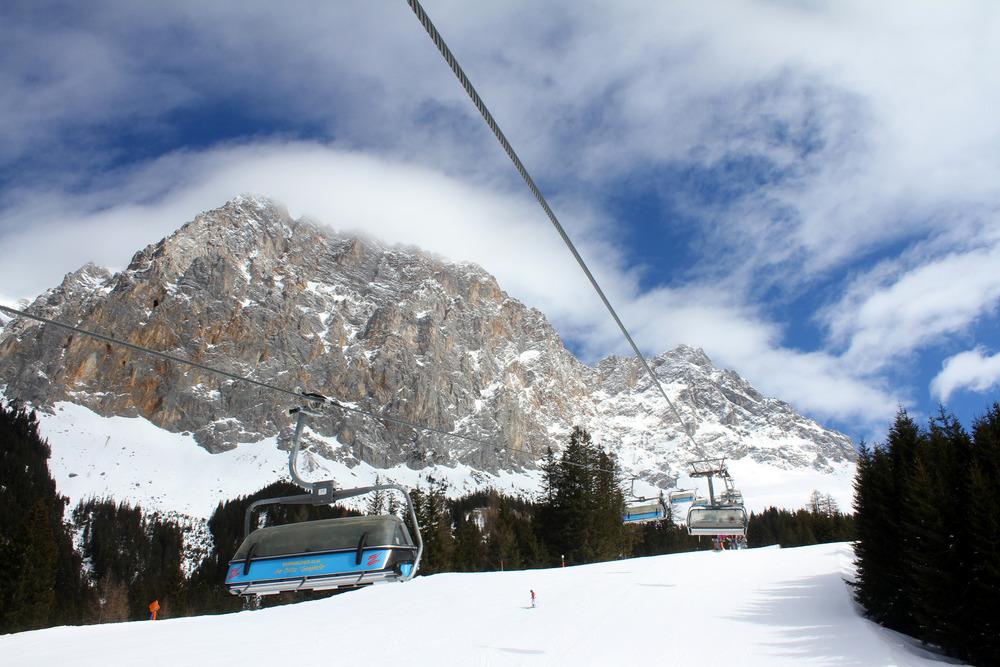 Beim Skifahren im Skigebiet Ehrwalder Alm hat man die Zugspitze immer im Blick - © Skiinfo.de