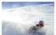 Uno sciatore si gode la neve profonda e il cielo limpido a Deer Valley.