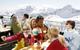 Familie beim Essen in Flattach am Mölltaler Gletscher, Österreich