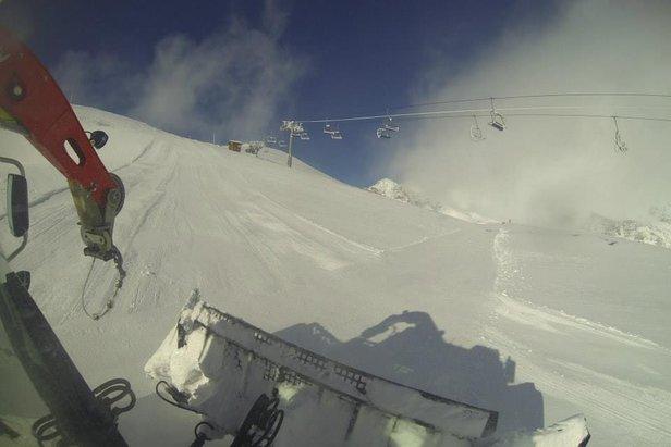 Pistenbully aan het werk in Alpe d'Huez op 6 november 2013