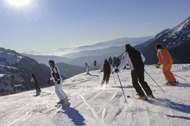 Lyžiari na zjazdovkách Val di Fiemme