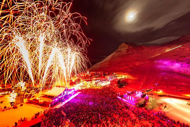 Si les stations autrichiennes comme Ischgl, St Anton, Solden, ou encore Gerlos sont prisées pour leur après ski festif et leurs nuits enflammées, certaines stations de ski française ne sont pas en reste et sont réputées pour leurs nuits blanches. Certaines mettent même en place des soirées spéciales avec concerts, set DJS tout au long de l'hiver. Voici une sélection de 10 stations de ski qui bougent la nuit.