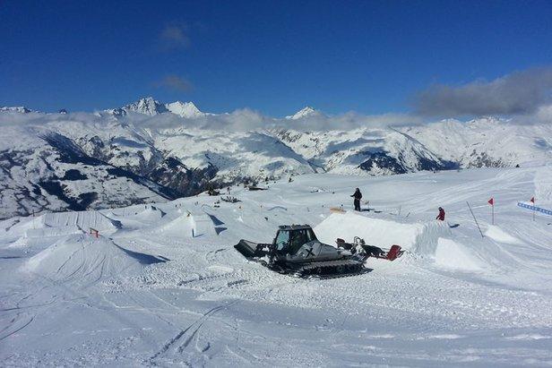 Een blauwe lucht en sneeuw in overvloed in Les Arcs op 13 februari 2014