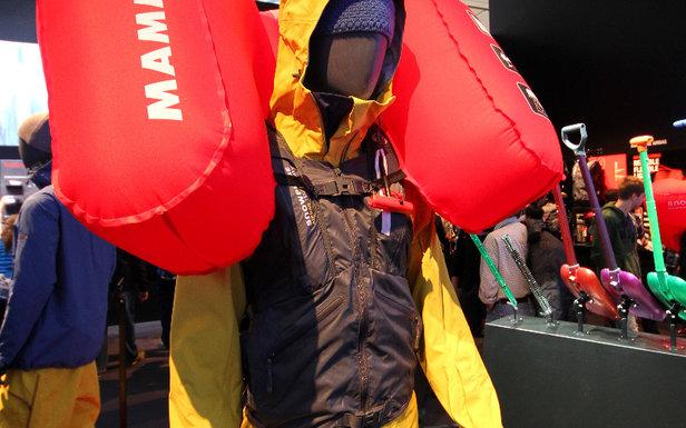 Für Hardcore-Freerider, die ohne Rucksack und trotzdem mit Lawinenairbag unterwegs sein wollen, entwickelte Mammut eine Weste mit integriertem Airbag