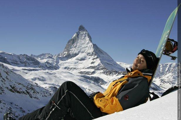 Une femme en train de bronzer en présence du Matterhorn