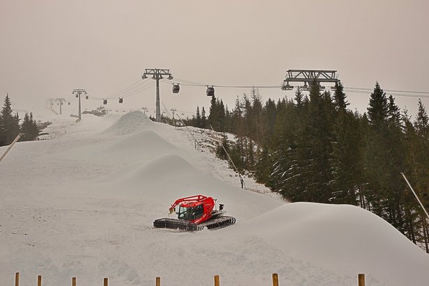 Ratráky v Jasnej rozhŕňajú nafúkaný technický sneh po zjazdovkách, prípravy na začiatok sezóny vrcholia!