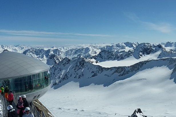 Z tarasu widokowego nad lodowcem Pitztal rozciąga się przepiękny widok na drugi najwyższy szczyt w Austrii - Wildspitze (3774m npm).