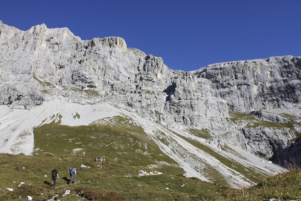 Idyllisch führt der Weg zum Einstieg des Sulzfluh Klettersteigs. Von hier sind es noch etwa 30min zum Beginn der Kletterei.  - © bergleben.de/Sebastian Lindemeyer