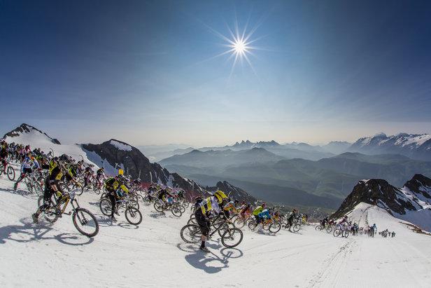 Un départ à 3 330 mètres d'altitude, 2 500 m de dénivelé négatif et plus de 2 000 riders... Voilà quelques chiffres qui suffisent à décrire la Mégavalanche qui se déroule chaque été à l'Alpe d'Huez (la plus grande descente de VTT du monde)