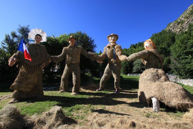Une belle farandole proposée lors du Concours de sculptures géantes de paille et de foin à Valloire  - © P Delannoy - OT Valloire