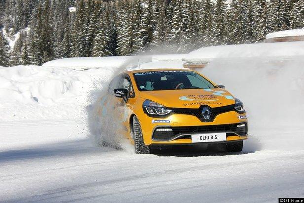 Cet hiver, passez à la vitesse supérieure... Offrez vous le plein de sensation dans les stations du Grand Massif comme ici sur le circuit de conduite sur glace de Flaine