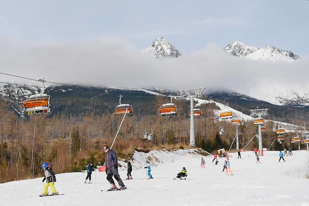 Lyžiari na svahoch v Tatranskej Lomnici