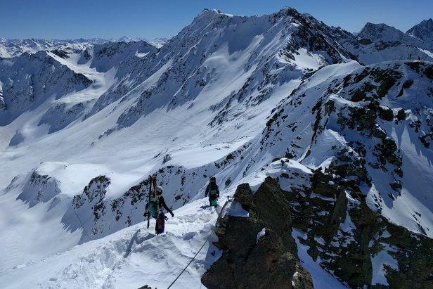 Przy większej pokrywie śniegu konieczne bywa przebrnięcie przez półmetrowe zaspy.  - © Travelvalley.nl
