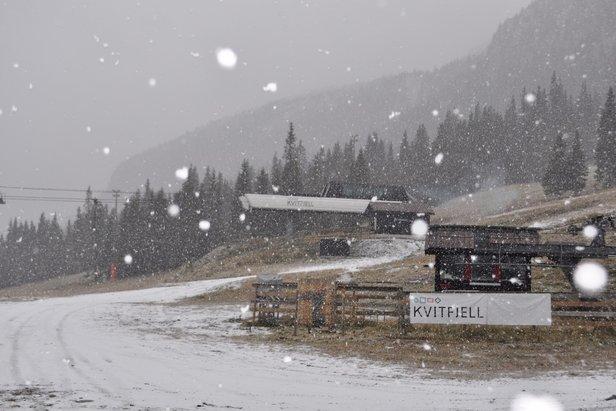 Det snør, det snør. Kvitfjell har fått sitt første lag med nysnø for sesongen.