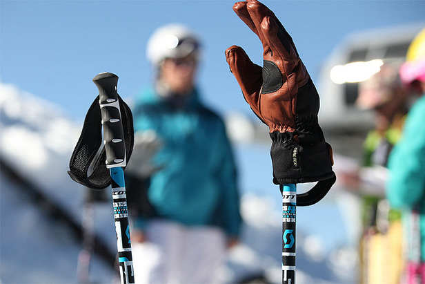 (generique) - Ski/batons (photo OTS°