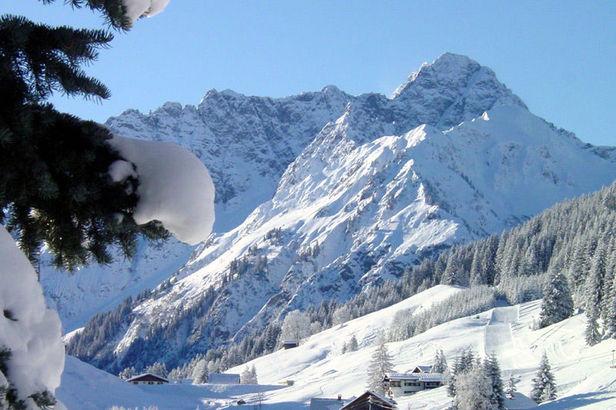 Wintersportgebiet Kleinwalsertal, im Hintergrund der Widderstein, 2536 Meter