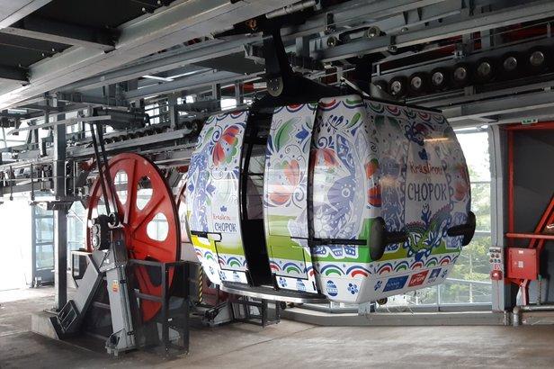 Lanovka na Chopok vo veľkonočnom kabáte - počas celej Veľkej noci bude na oboch stranách  Chopku voziť lyžiarov kraslica!  - © TMR, a.s.