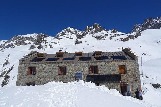 A l'image du Refuge du Glacier Blanc, plusieurs refuges du massif des Ecrins et de l'Oisans sont prêts à vous accueillir à partir du week-end du 30 et 31 mars pour vous permettre de gouter à l'itinérance en ski de randonnée au printemps