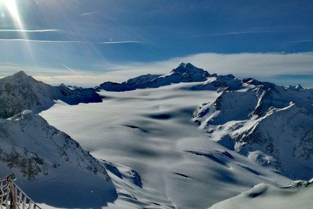 Najwyższy szczyt Tyrolu Wildspitze (3.768 m n.p.m.) widziany ze szczytu lodowca Tiefenbach w Sölden