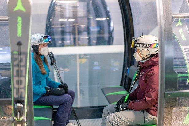 V rakúskych lyžiarskych strediskách platí povinnosť zakrytia úst a nosu respirátormi FFP 2