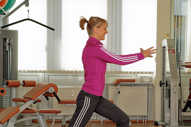 Übung 3: Ausfallschritt- ©Praxisklinik Dr. Schneiderhan und Kollegen