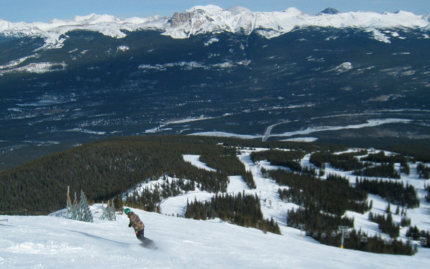 A snowboarder descends Marmot Basin. Photo by Becky Lomax.