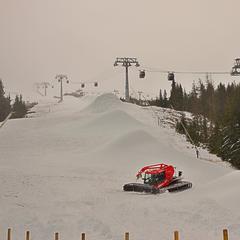 Ratráky v Jasnej rozhŕňajú nafúkaný technický sneh po zjazdovkách, prípravy na začiatok sezóny vrcholia! - © TMR, a.s.