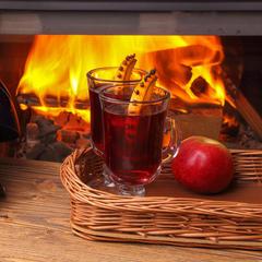 Sálající krb a teplé nápoje, to vás po lyžování spolehlivě zahřeje... - © Ferumov - Fotolia.com