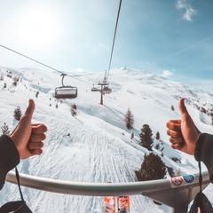 Lyžiar na sedačkovej lanovke v Livignu - © Mottolino Fun Mountain Facebook