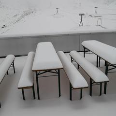 Zasnežené lavičky v ľadovcovom stredisku Stubai - © FB Stubaier Gletscher