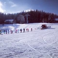 """""""Rolbovláček"""" tahá lyžaře na svah místo lanovky a vleků v Kopřivné pod Pradědem - © facebook Kopřivná Resort"""