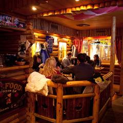 Ambiance chaleureuse dans les bars des Gets (ici le Le Black Bear) - ©N. Joly / OT les Gets