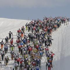 """""""Der Weisse Rausch"""" (Białe szaleństwo) w Sankt Anton - po drodze zawodnicy muszą odpiąć narty i pokonać z nimi 150m podejścia (37m wysokości) - © TVB St. Anton am Arlberg / Fotograf Josef Mallaun"""
